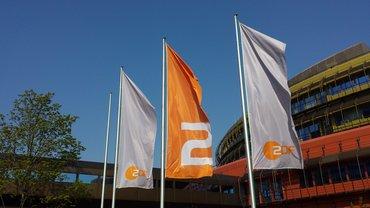 ZDF-Fahnen vor dem Sendebetriebsgebäude